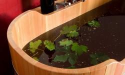Un brindisi alla bellezza e al benessere con la vinoterapia